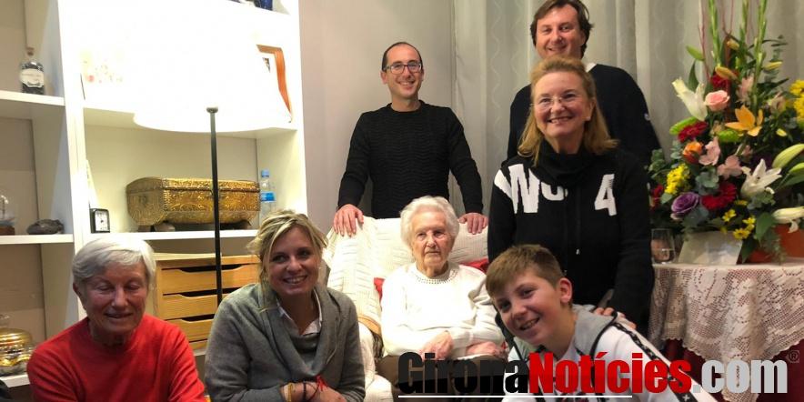 alt - Dolors Puig acompanyada de l'alcalde i la regidora de Gent Gran, i d'una part de la seva família