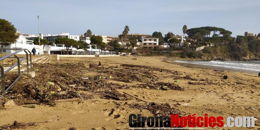 alt - La platja de Sant Esteve de La Fosca, aquest matí