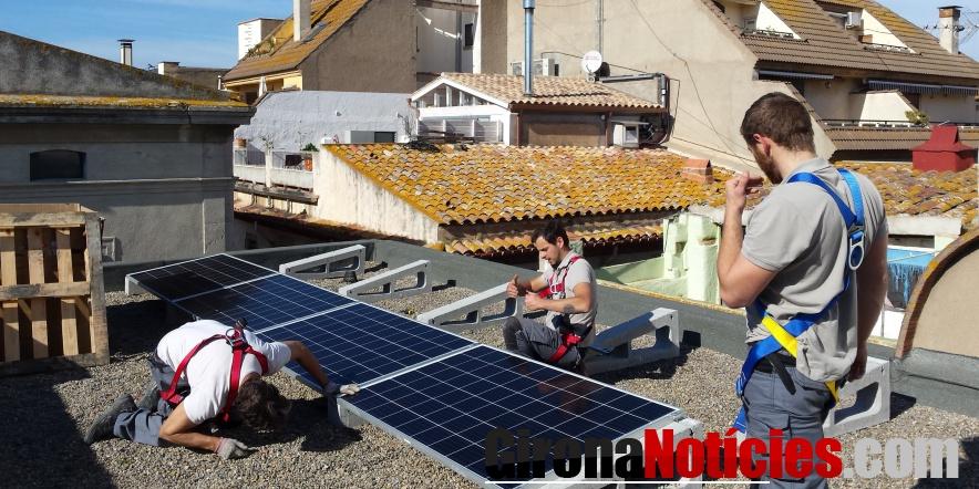 Instal·lació de les plaques solars fotovoltaiques a la coberta de l'Ajuntament