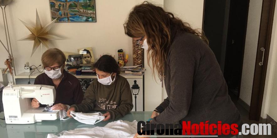 Voluntàries de Besalú cusen mascaretes i bates